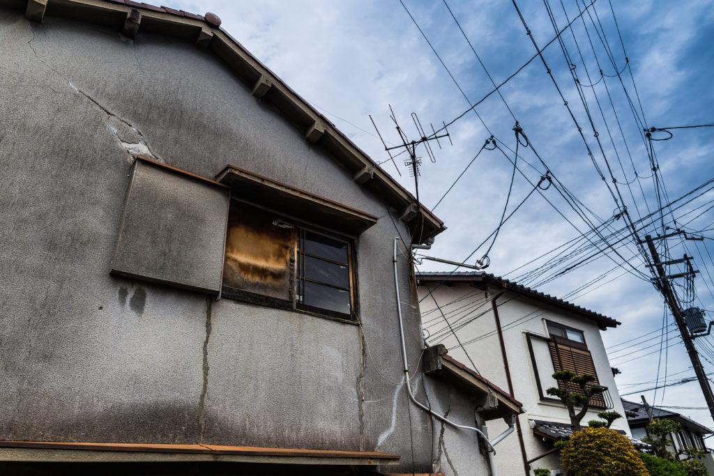 日本の外壁にひびが入った古い家